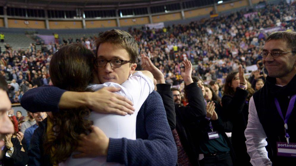Foto: Pablo Iglesias e Iñigo Errejón se abrazan durante la celebración de Vistalegre II. (EFE)