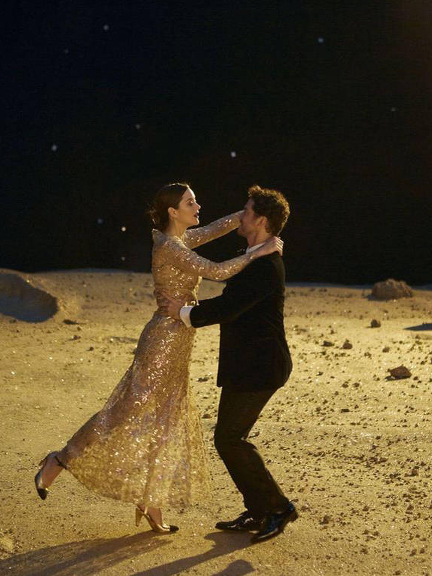 Marion y el vestido bordado. (Cortesía Chanel)
