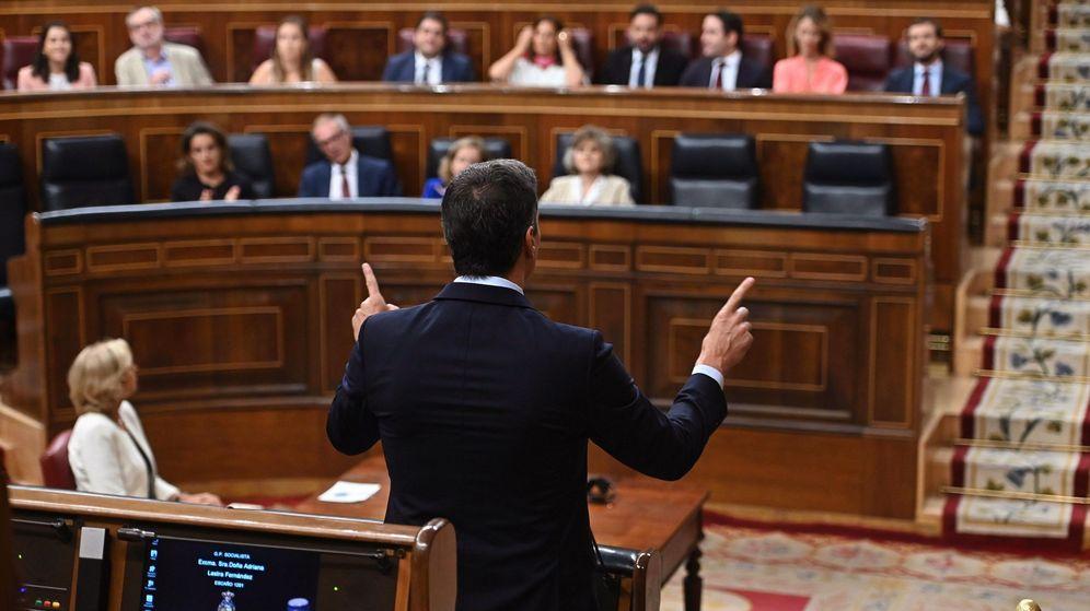 Foto: El presidente del Gobierno en funciones, Pedro Sánchez (de espaldas), responde al líder del PP, Pablo Casado, durante la segunda y última sesión de control de esta legislatura. (EFE)