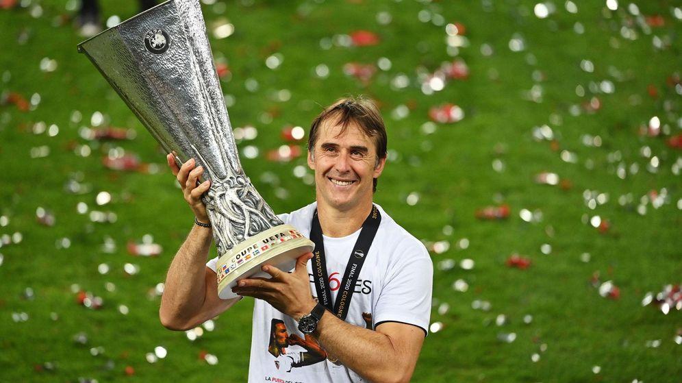 Foto: Julen Lopetegui con el trofeo de campeón de la Europa League. (Efe)