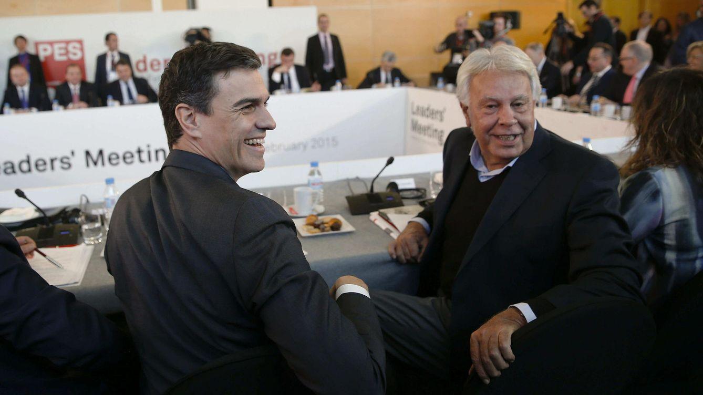 Foto: El líder del PSOE, Pedro Sánchez (i), y el expresidente del Gobierno, Felipe González. (Efe)