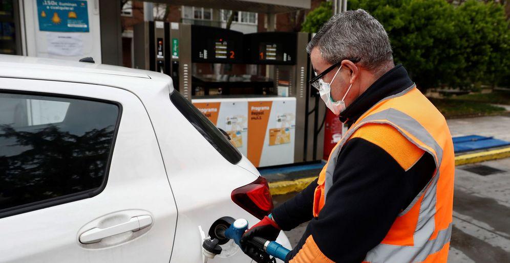 Foto: Un empleado de una gasolinera de Madrid llena el depósito de un vehículo. (EFE)