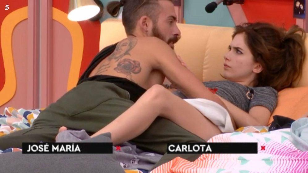 Foto: José María y Carlota, en una de las camas de 'GH Revolution'. (Mediaset España)