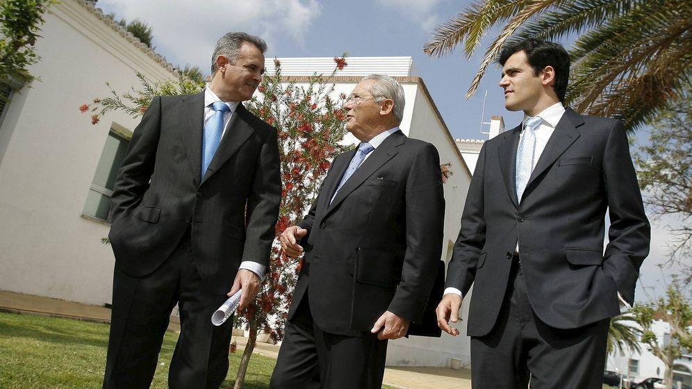 Foto: Javier (i) y Gonzalo (d) Serratosa, con su padre, Emilio (c). (EFE)