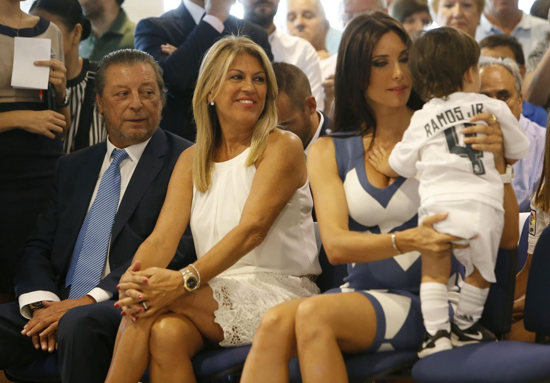 Pilar Rubio con los padres de Sergio Ramos 7e27a997646