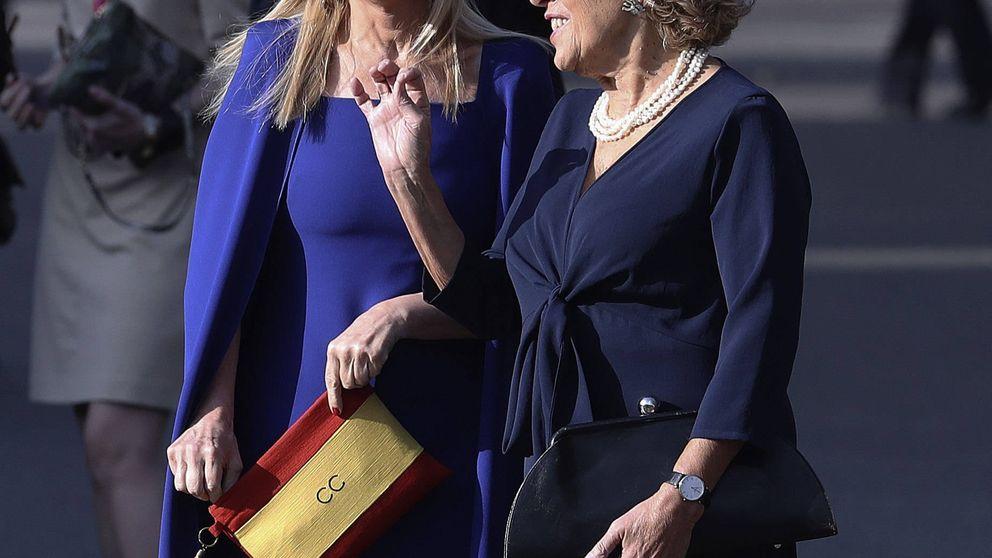 Cristina Cifuentes y su patriótico bolso con la bandera de España