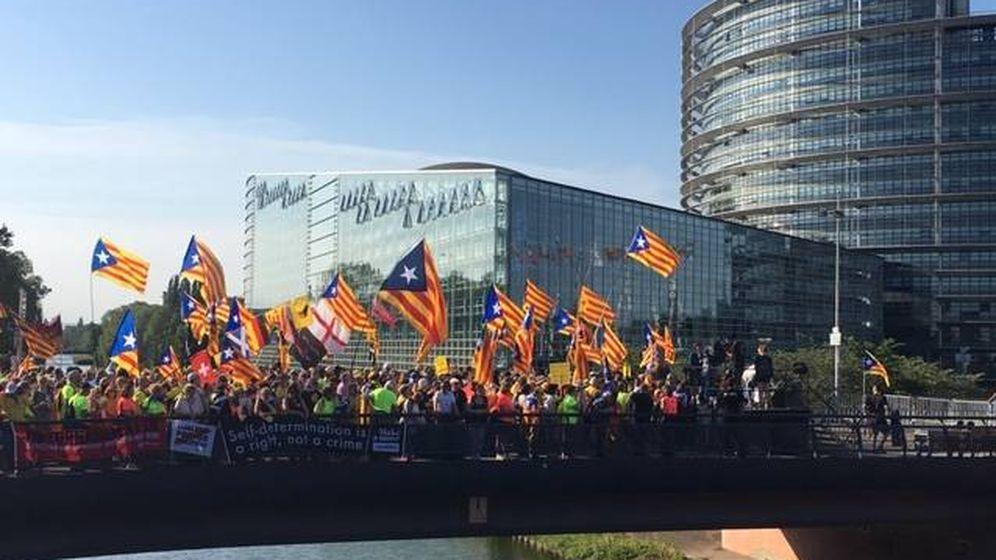 Foto: Manifestación a la puerta del Parlamento Europeo. (C.S.)