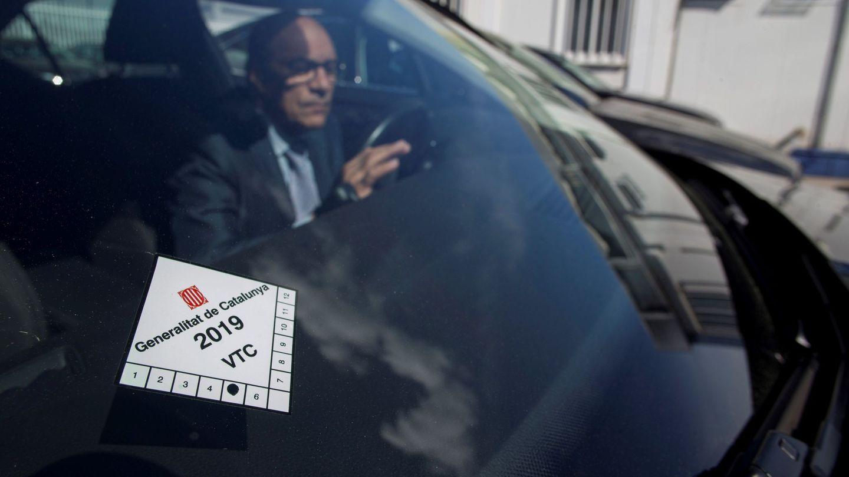 Un conductor de Cabify conduce su vehículo este jueves en Barcelona. (EFE)