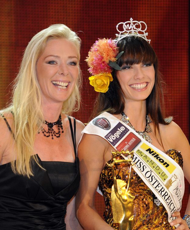 Foto: Ena Kadic (izquierda), en el momento de coronarse como Miss Austria 2013 (Gtres)