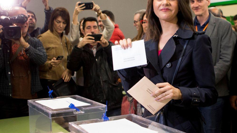 Foto: Inés Arrimadas, en el momento de ejercer su derecho al voto. (EFE)