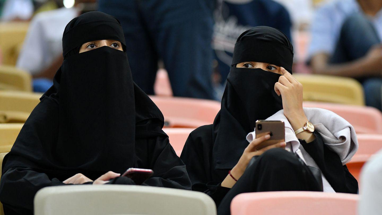 Mujeres atienden a la semifinal de la Supercopa Valencia vs. Real Madrid. (Reuters)