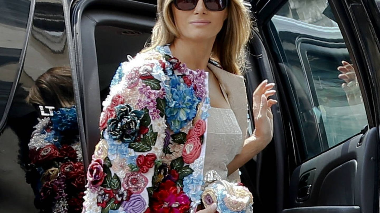 Melania Trump con el famoso abrigo de Dolce & Gabbana.