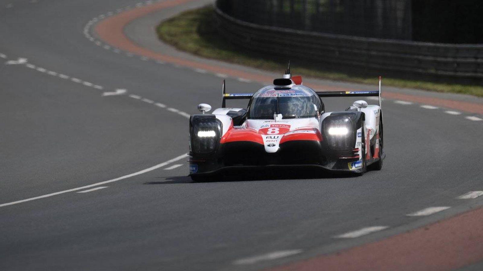 Foto: El Toyota de Alonso rueda sobre el trazado de Le Mans (Twitter: @Toyota_Hybrid)