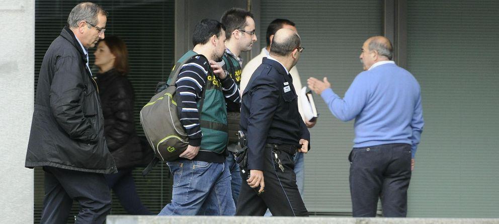 Foto: Agentes de la UCO en la sede de la Diputación Provincial de Sevilla (EFE)