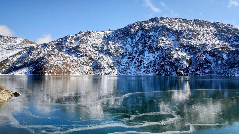 El lago Tsomgo Kim, en el Himalaya. (iStock)