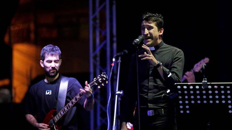 El heavy y Dios son compatibles: los curas rockeros españoles que tocarán para el Papa