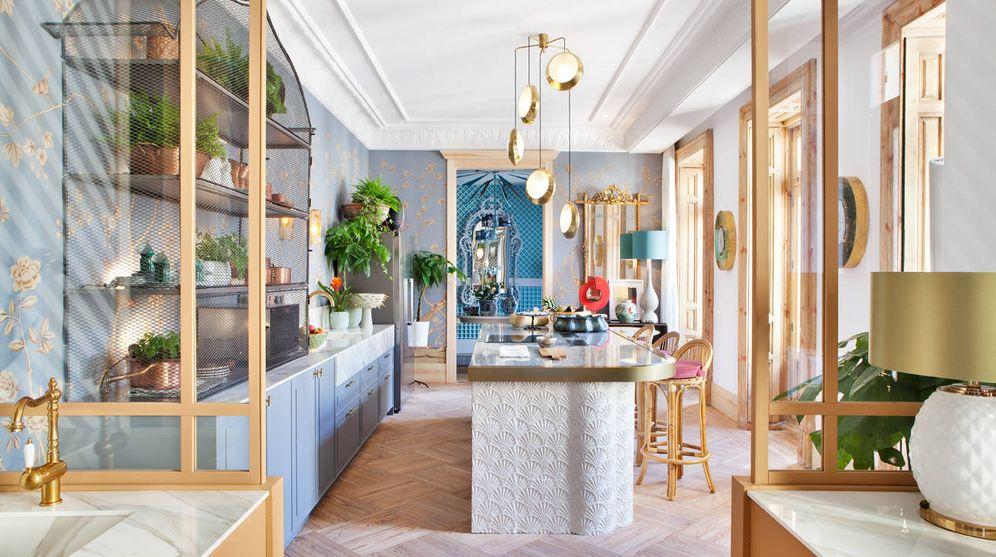 foto colores vibrantes accesorios en dorado y mucho azul as son las cocinas
