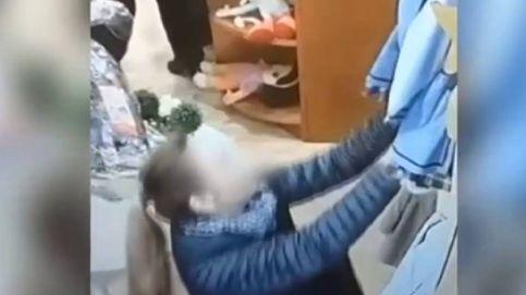 Vídeo de una pareja robando ropa en una tienda