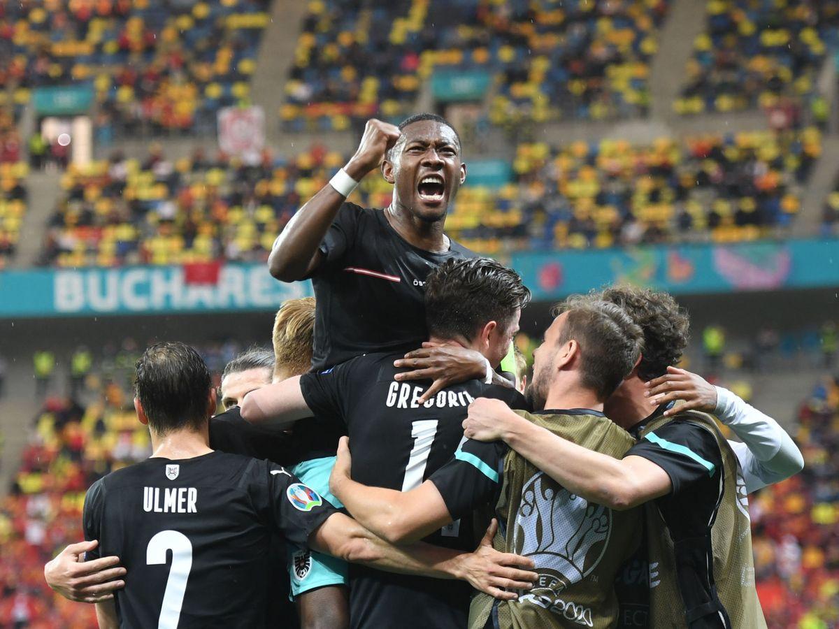 Zdjęcie: David Alaba świętuje bramkę swojej drużyny z kolegami z drużyny.  (Reuters)
