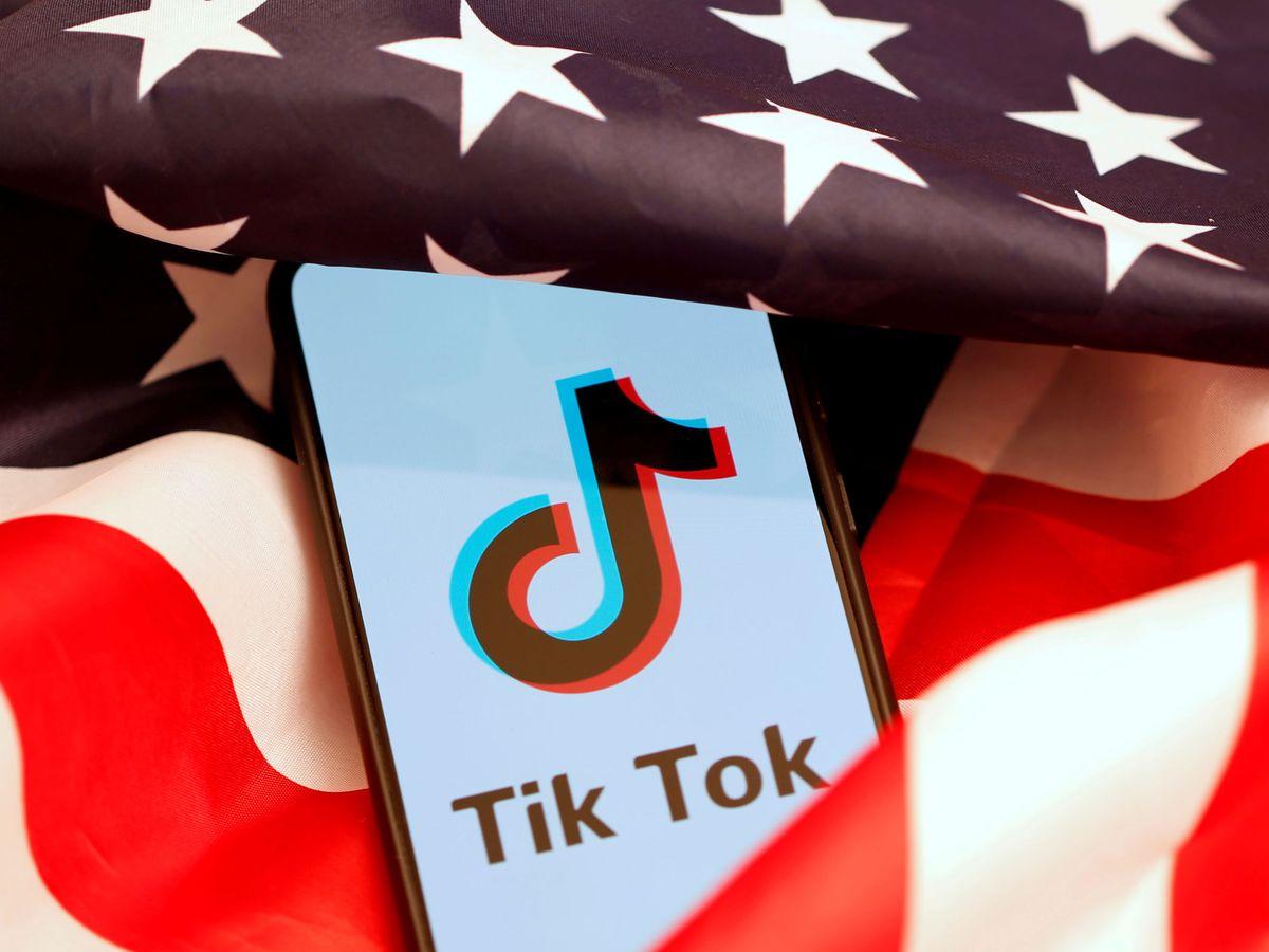 Foto: Logo de TikTok junto a la bandera de Estados Unidos. (Reuters)