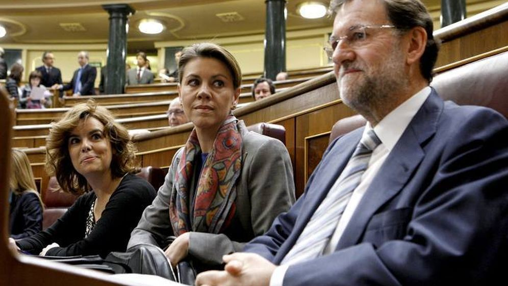 Foto: Las ministras Soraya Sáenz de Santamaría y María Dolores de Cospedal, junto al presidente Mariano Rajoy en el Congreso de los Diputados. (EFE)