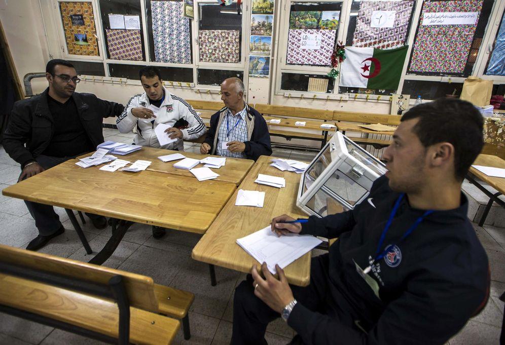 Foto: Recuento de votos en un colegio electoral en Argel, durante los comicios presidenciales de 2014. (Reuters)