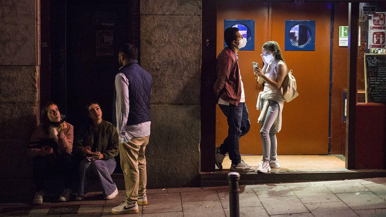 Varias personas, a la puerta de un local de ocio nocturno. (Alejandro Martínez Vélez)