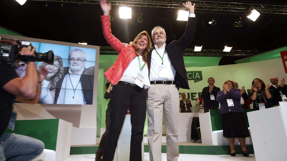 Foto: La actual presidenta de la Junta de Andalucía, Susana Díaz, posa con el expresidente andaluz, José Antonio Griñán, en 2013. (EFE)