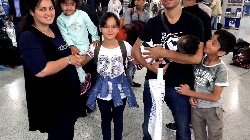 Foto: Una de las familias refugiadas que llegaron este martes a España. (EFE)