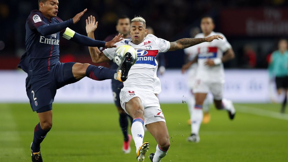 Foto: Mariano pelea un balón contra el PSG. (Reuters)