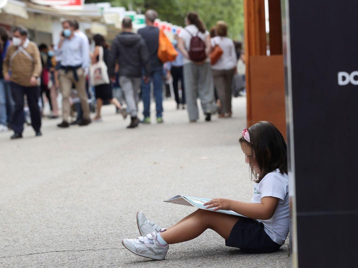 Foto: Visitantes a en la reciente Feria del Libro de Madrid. (EFE)