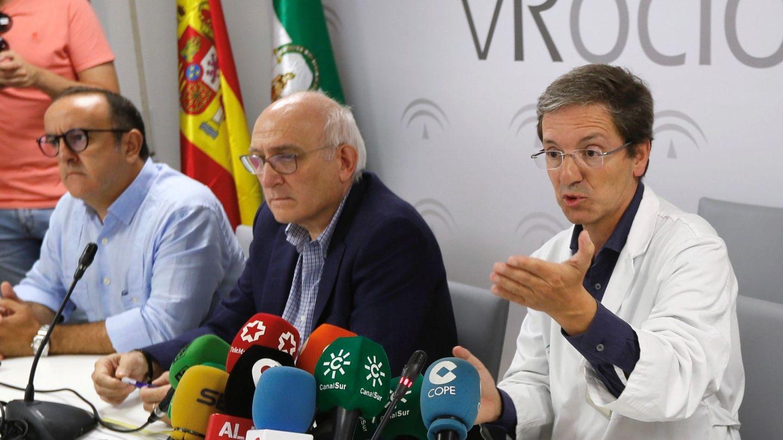 El portavoz de la Junta para este brote de listerioris, el doctor José Miguel Cisneros (d), acompañado del subdirector de Protección de la Salud de la Junta de Andalucía, Jesús Peinado. (EFE)