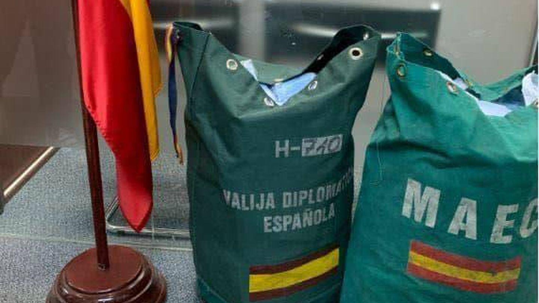 Foto de la valija consular de Hong Kong saliendo para España con 5.000 mascarillas recaudadas.