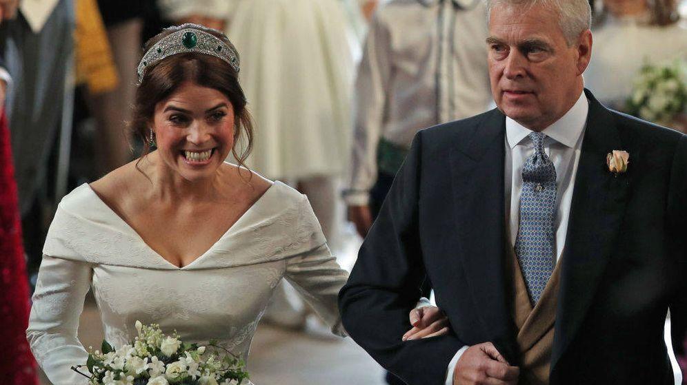 Foto: El príncipe Andrés, acompañando a Eugenia en su boda. (Getty)