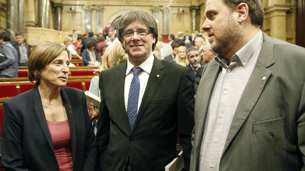 Foto: Carme Forcadell, Carles Puigdemont y Oriol Junqueras en el Parlament. (EFE)