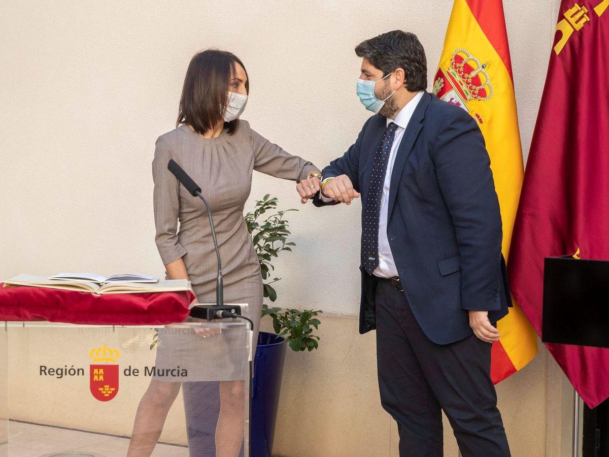 Foto: La consejera nueva de empresa industria y portavocía de Murcia, Valle Miguélez (i), saluda al presidente Fernando López Miras. (EFE)