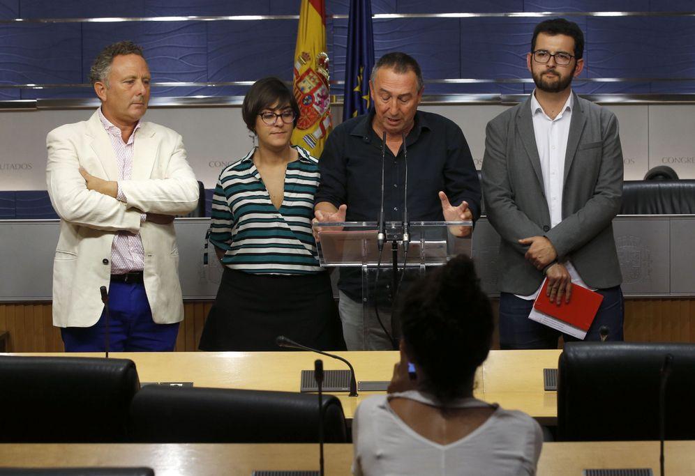 Foto: Joan Baldoví, en el centro, con los diputados de Compromís Enric Bataller, Marta Sorlí e Ignasi Candela, este 6 de septiembre en rueda de prensa. (EFE)