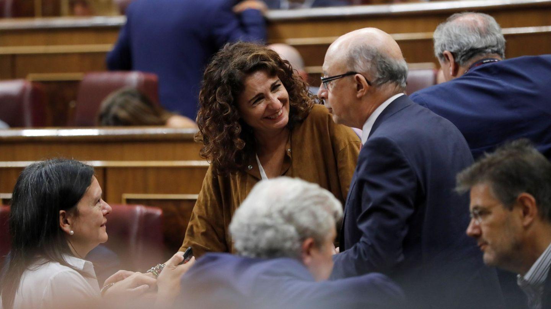 La ministra de Hacienda, María Jesús Montero (i), conversa con el exministro Cristóbal Montoro.