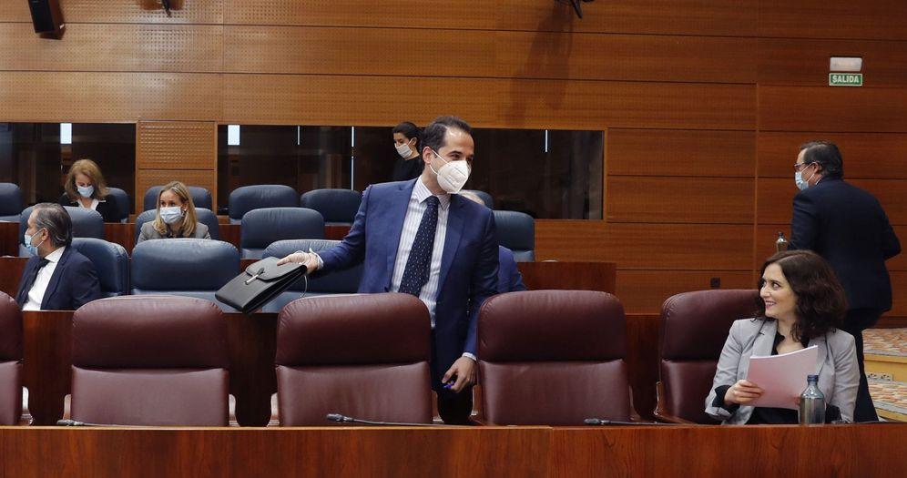Foto: Ayuso y Aguado, en un pleno reciente en la Asamblea. (EFE)