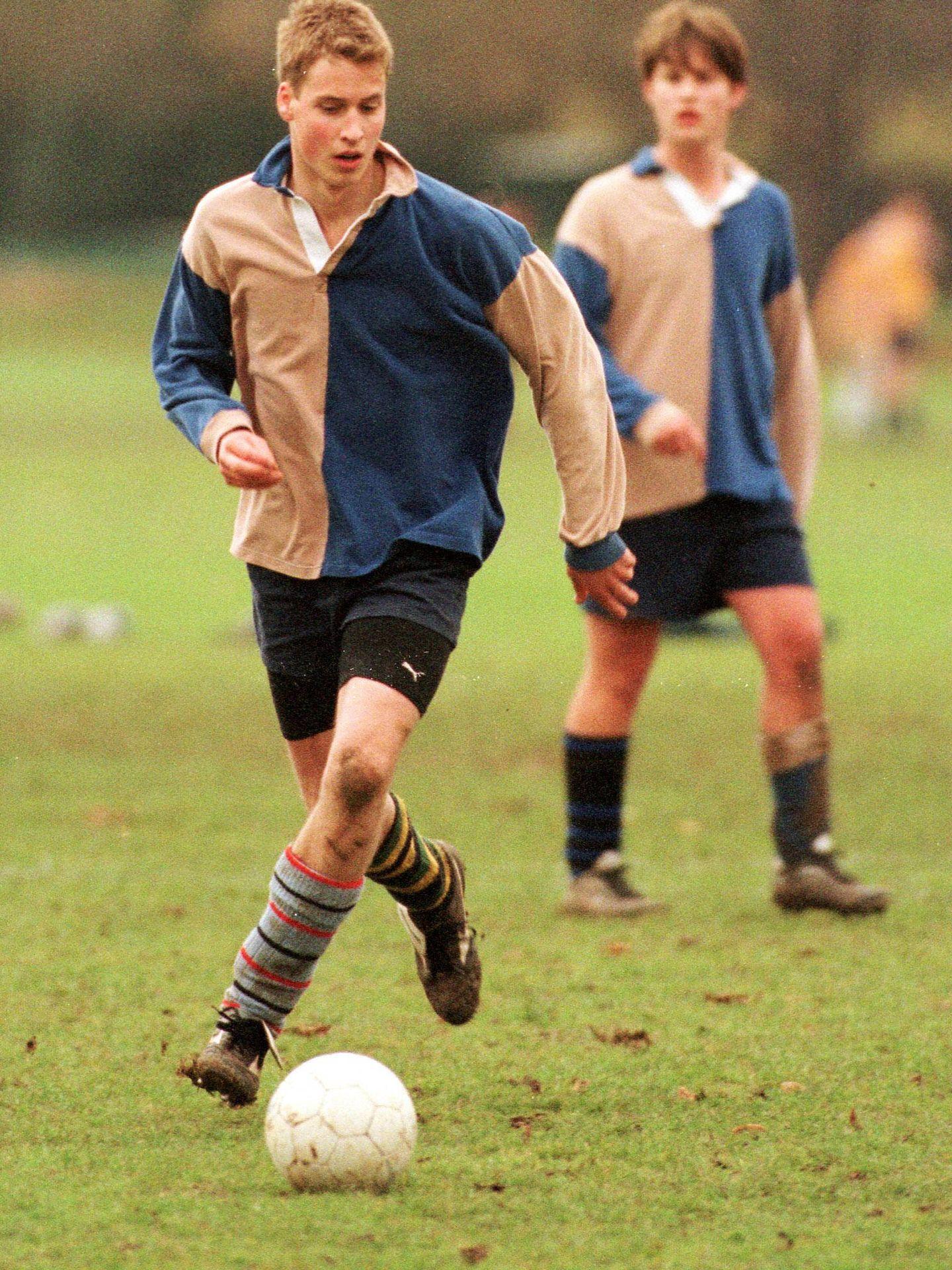 Guillermo, jugando a fútbol en Eton. (Getty)