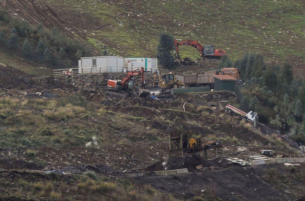 Foto: Dos excavadoras buscan a los dos sepultados en el vertedero de Zaldibar. (EFE)