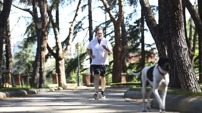 Rajoy practica deporte en los jardines del Palacio de la Moncloa. (EFE)