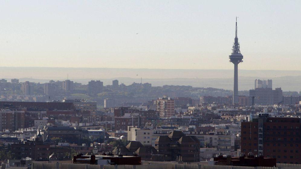 Foto: Dos clásicos de Madrid: el Pirulí y la boina de contaminación (EFE)