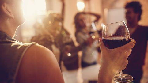 3 maneras en que coges la copa de vino que muestran falta de clase (y la forma correcta)