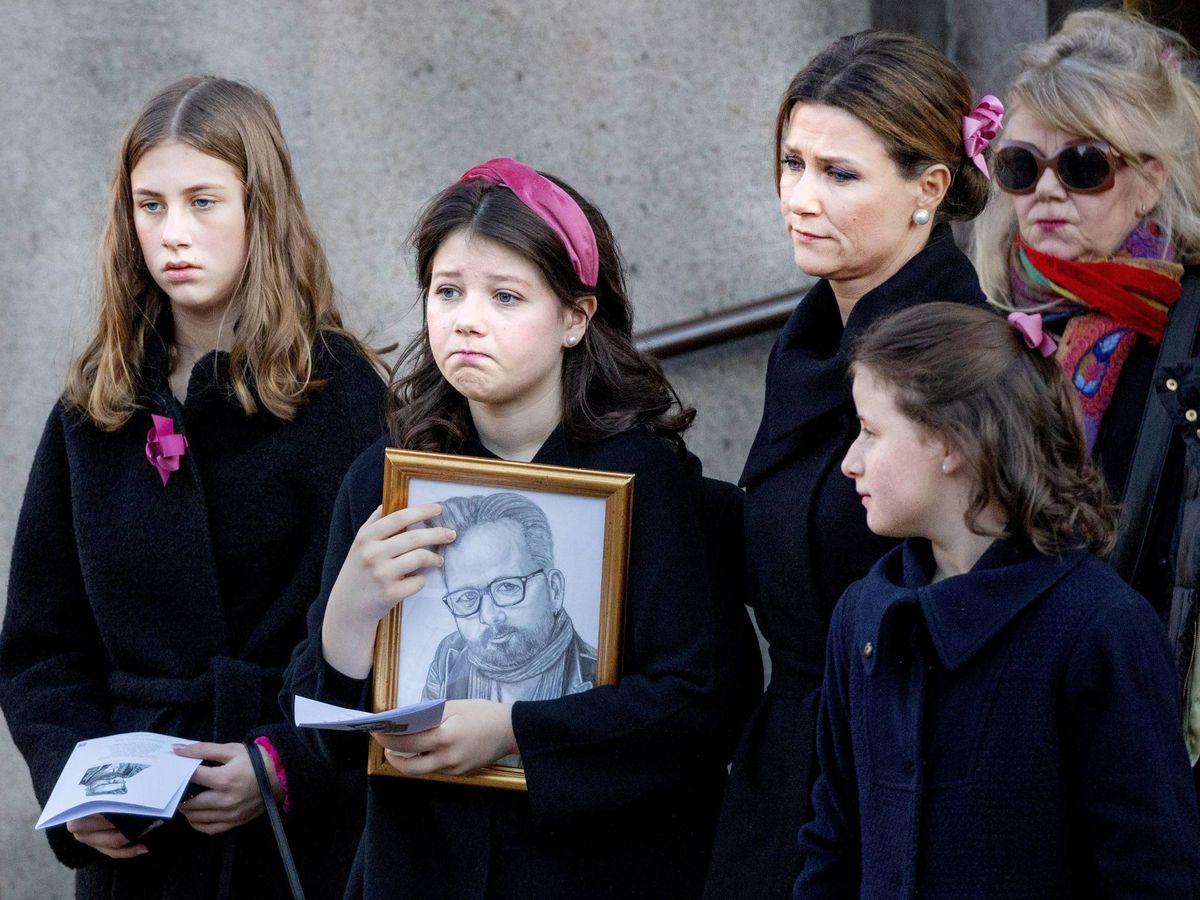 Foto: La familia de Ari Behn, en su sepelio. (Cordon Press)