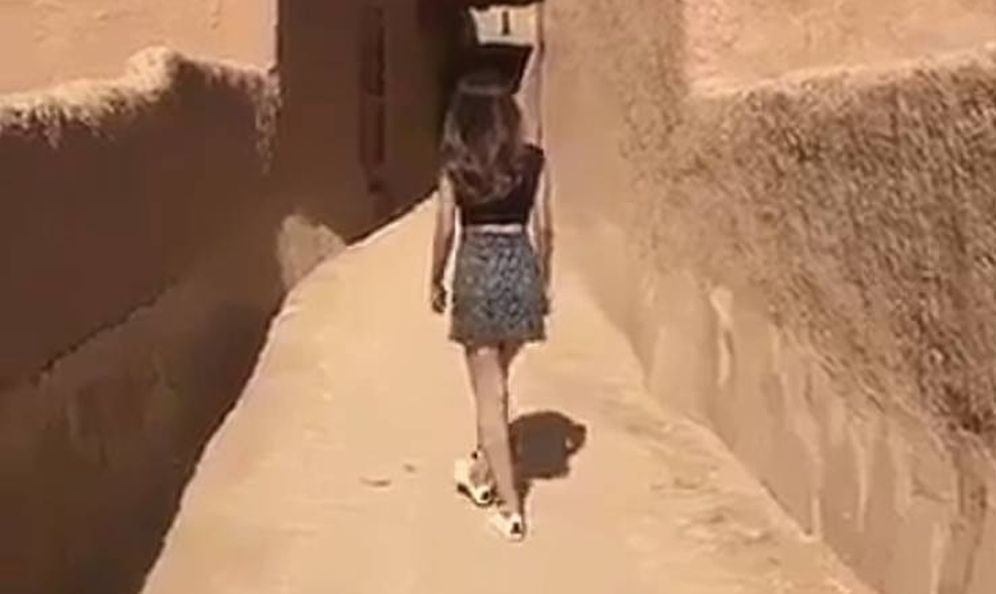 Foto: Imagen del vídeo en el que la joven pasea en minifalda y camiseta corta.