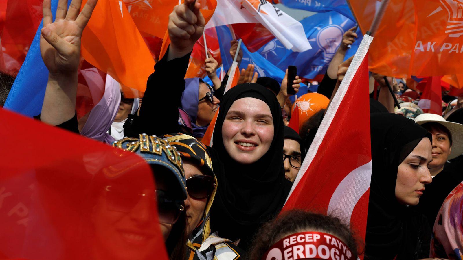 Foto: Simpatizantes del presidente Erdogan durante un mitin electoral en Estambul, el 22 de junio de 2018. (Reuters)