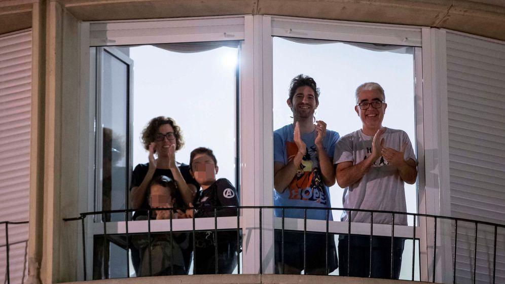 Foto: Una familia aplaude desde la ventana de su casa la labor de los médicos y sanitarios por la crisis del coronavirus. (EFE)