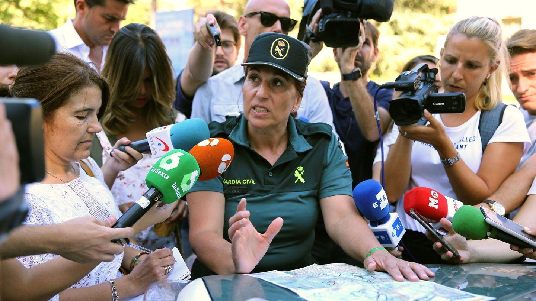 La portavoz de la Guardia Civil, Mercedes Martín, explica las zonas exploradas. (EFE)