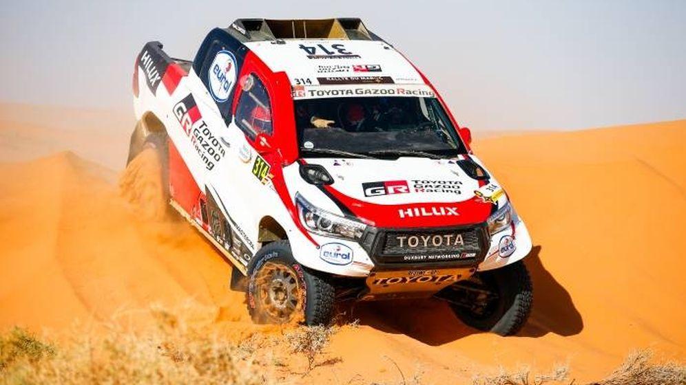 Foto: El Toyota Hilux de Alonso y Marc Coma, durante la tercera etapa. (Julien Delfosse)